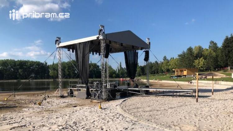 Rammsteini už duní Novákem. Zítra spolu se Špejbl's Helprs rozvíří písečnou bouři na pláži