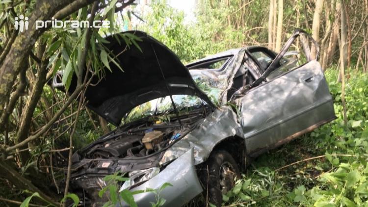 Právě teď: Osobní vůz vyletěl ze silnice, v místě zasahují záchranné složky IZS