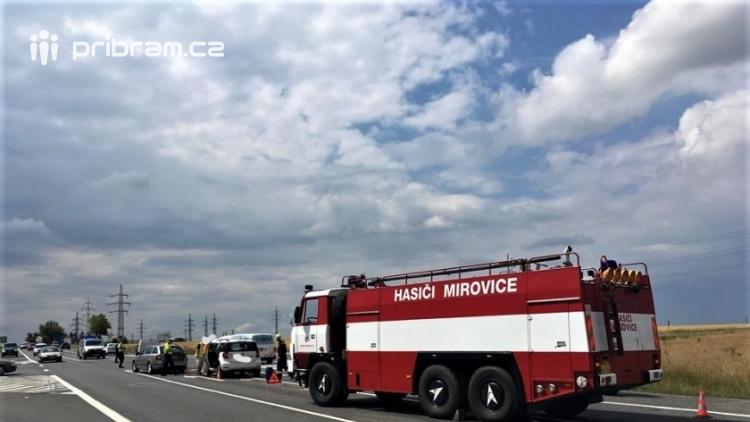 Hromadná kolize tří vozidel omezuje průjezd křižovatkou Lety