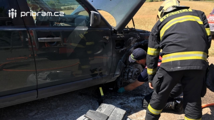 Právě teď: Požár vozidla zaměstnává dvě jednotky hasičů