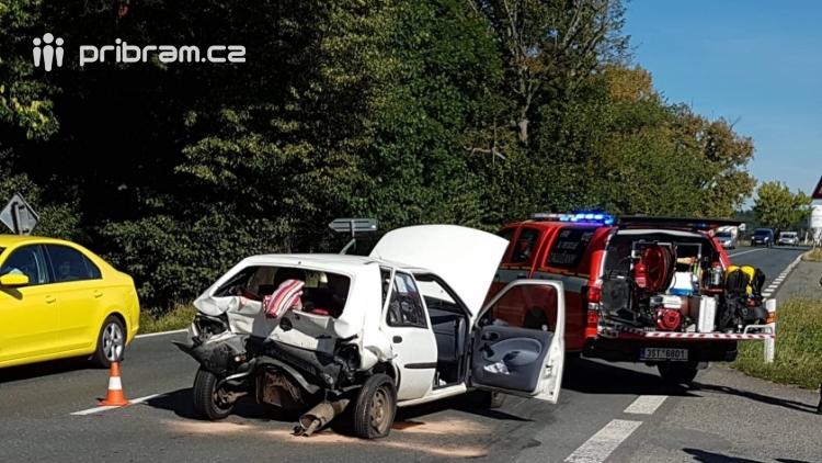 Dopravní nehoda si vyžádala zásah hasičů, zraněné dítě ošetřuje ZZS