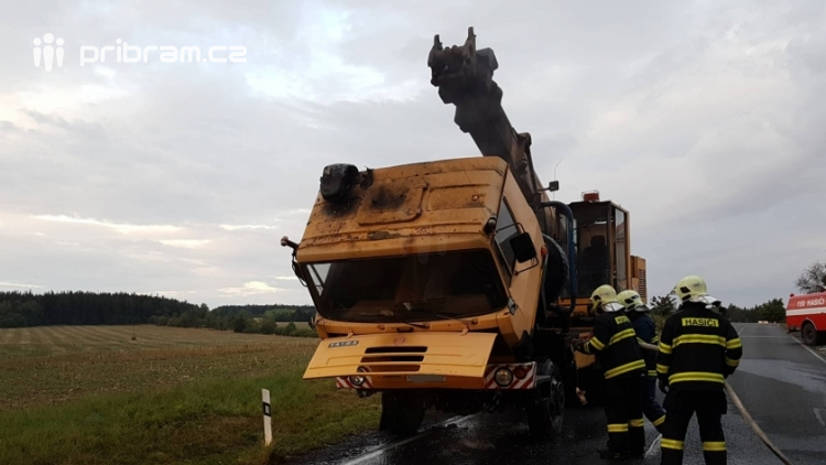 AKTUÁLNĚ: Ranní dopravu na Příbram blokuje požár pracovního stroje
