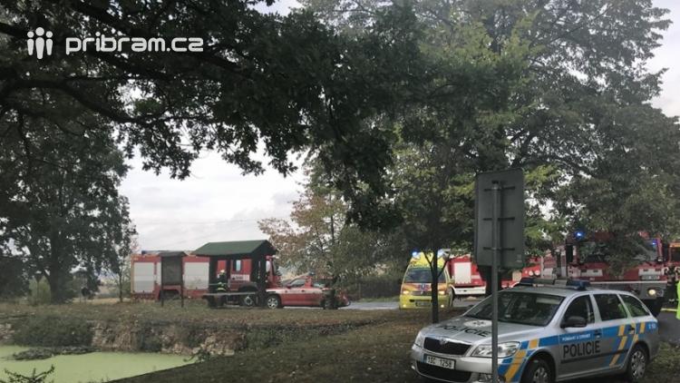 AKTUÁLNĚ: Příbramští hasiči zasahují u požáru autodílny, ve které se nacházejí tlakové lahve