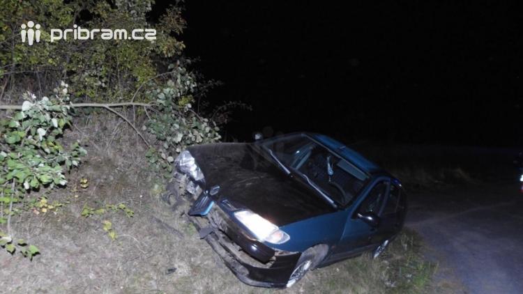 Aktuálně: Renault skončil mimo komunikaci, nehoda si vyžádala zranění