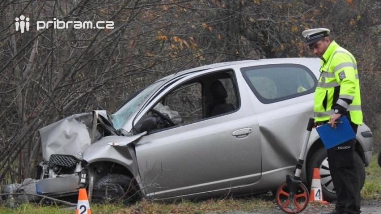 Aktuálně: Nárazem do stromu ukončil svůj život řidič na Příbramsku