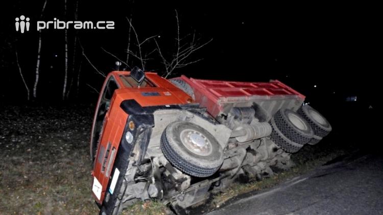 Řidič nákladního auta se vyhýbal protijedoucímu vozidlu a skončil v příkopu