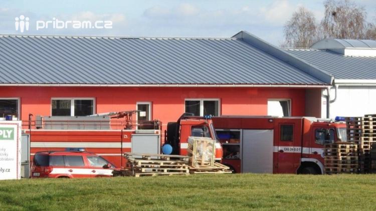 Aktuálně: Požár vysokozdvižného vozíku v areálu firmy na prodej dřevěných materiálů