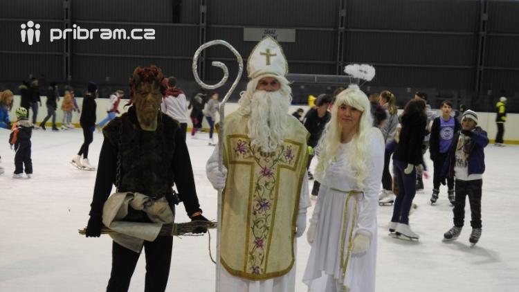 Mikuláš s andělem nadělovali sladkosti na ledě, zatímco čert proháněl bruslaře