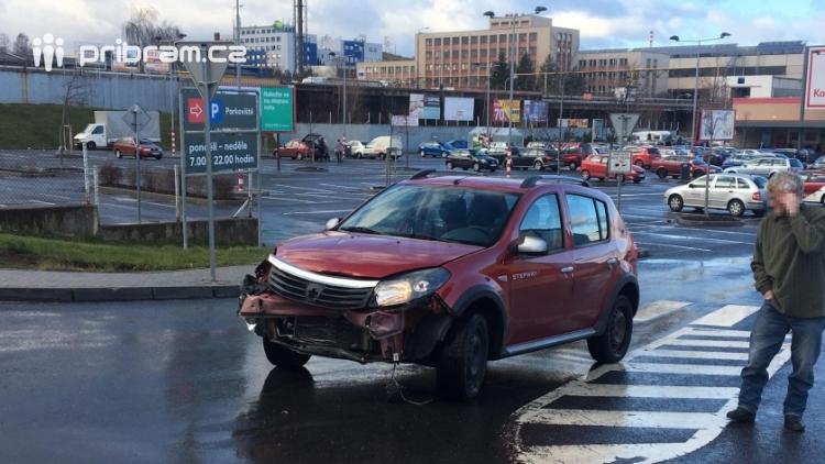 Aktuálně: U Kauflandu došlo ke srážce dvou vozů