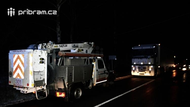 Hlavní tah na Plzeň na desítky minut zastavilo spadlé elektrické vedení