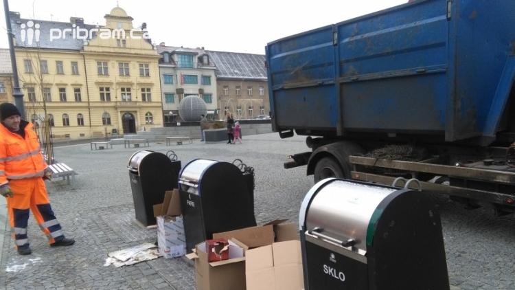 Na jedné straně adventní výzdoba, na druhé pak odpady