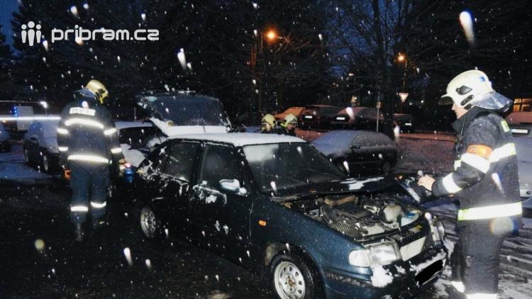 Požár osobního vozidla zaměstnává hasiče v Příbrami