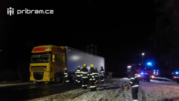 Aktuálně: Tři jednotky hasičů zasahují u požáru nákladního vozu. Hlavní tah na Plzeň je momentálně uzavřen