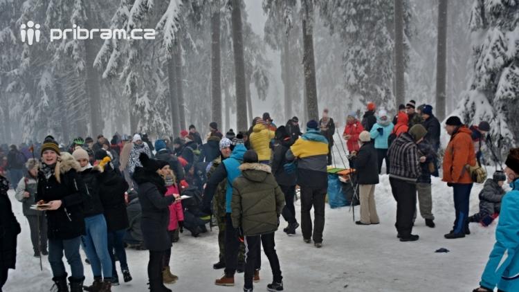 Zimní Brdy uvítaly účastníky pochodu pořádnou sněhovou nadílkou