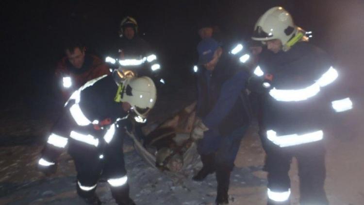 Hasiči zachránili z ledového rybníka dvě tonoucí telata