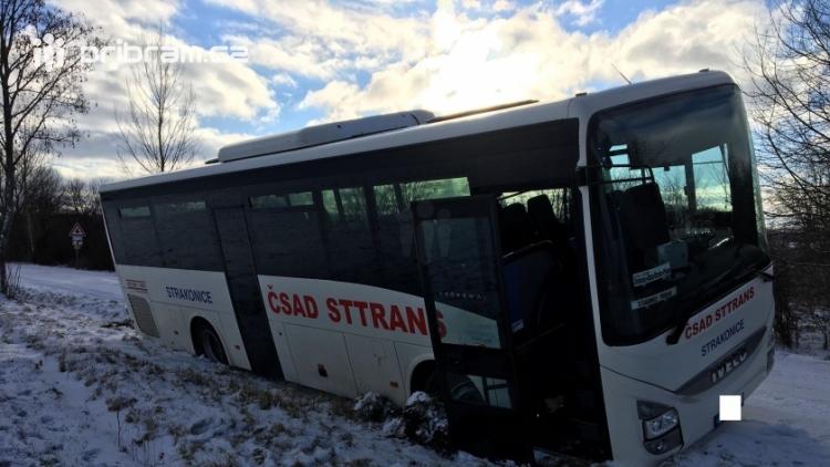 Aktuálně: Na zledovatělé silnici havaroval autobus