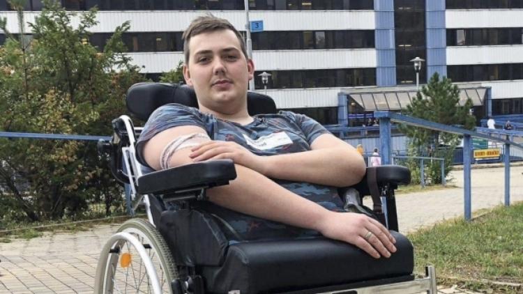 Dan přišel po těžkém úrazu o polovinu těla, pomůžete mu postavit se na vlastní nohy?