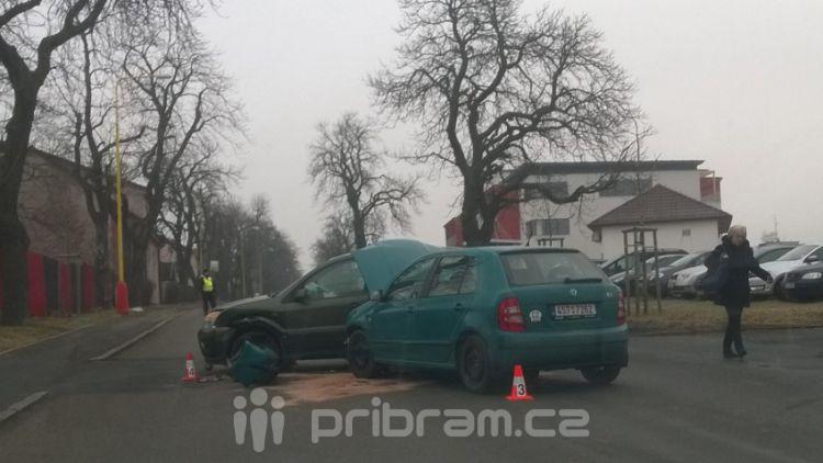 Před Spartakem se srazila dvě auta, na místě jsou hasiči a policie