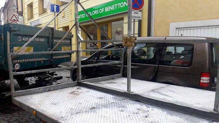 Nákladní vůz v Dlouhé naboural do zaparkovaného vozu, ulice je neprůjezdná
