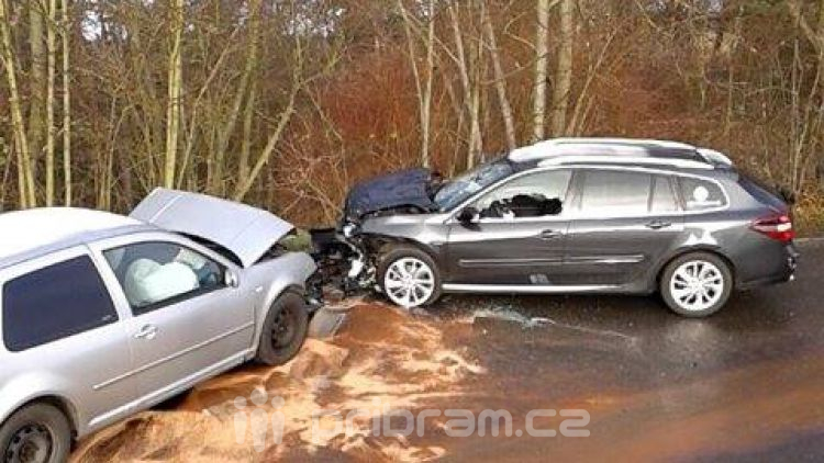 Namrzlá vozovka si vybrala další daň: Dva vozy se srazily u Malé Hraštice
