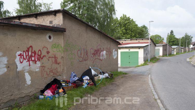 U garáží v ulici Pod Haldou vznikají skládky (FOTOGALERIE, AKTUALIZOVÁNO)
