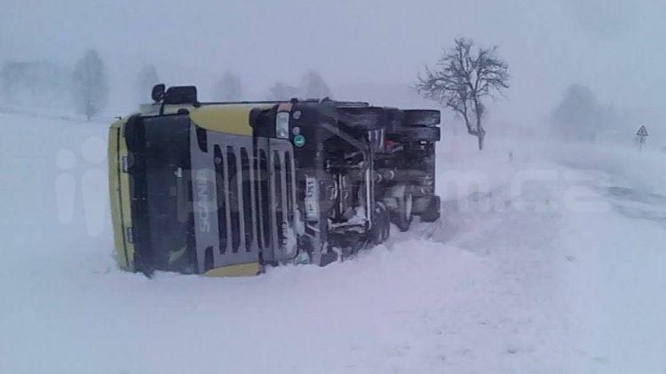 Kalamita pokračuje: U Březnice skončil kamion na boku
