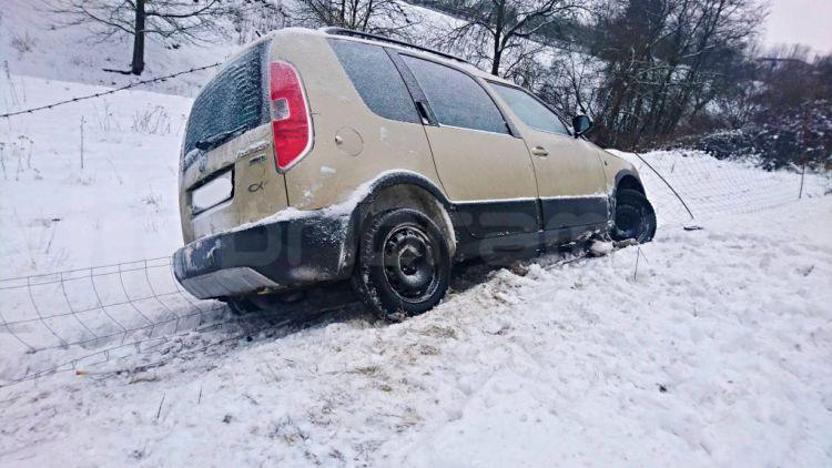 Řidičku zachránil před kotrmelcem plot