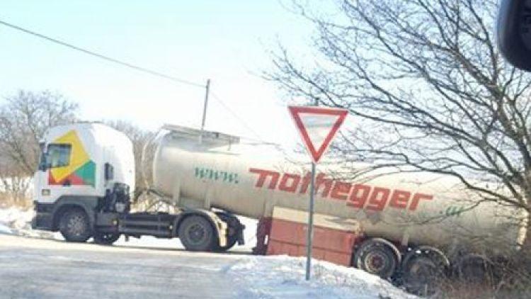 Z Jinců na Ohrazenice aktuálně neprojedete, uvízl zde kamion
