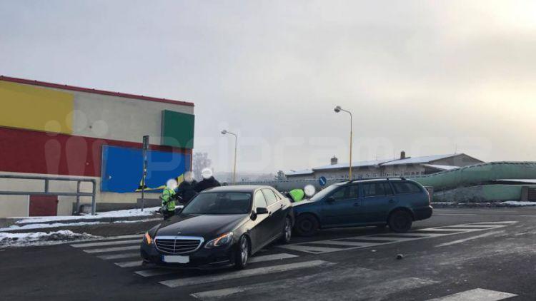 V Husově ulici se v nedělním ránu srazila dvě auta