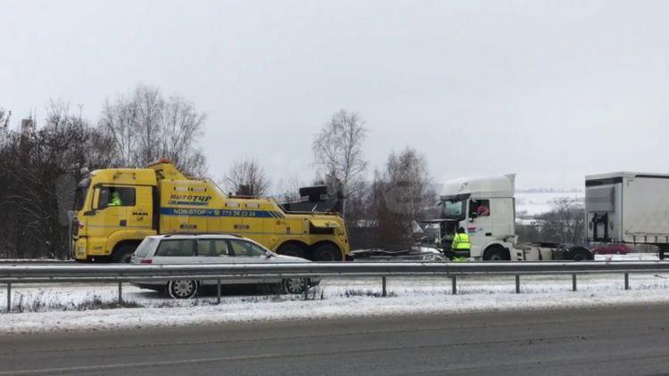Zablokovaná D4: Podívejte se, jak vyprošťují kamion
