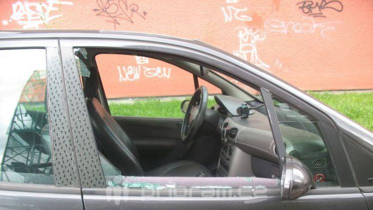 Zloděj vykradl auto před kulturním domem