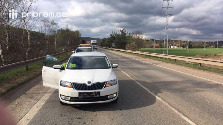 Na silnici I/4 za obcí Dubenec, těsně před kruhovým objezdem Skalka, došlo k drobné dopravní nehodě