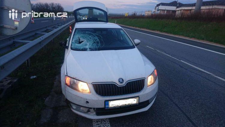 Dopravní značení zkomplikovalo cestu řidiči Octávie na dálnici D4, netrefil se