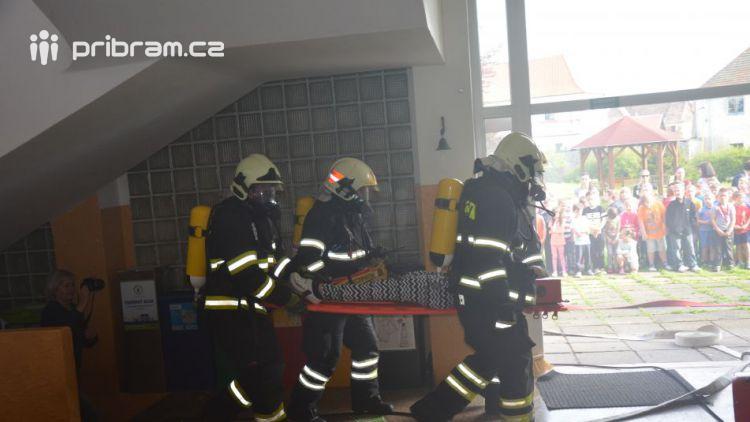 Hasiči ze Zalužan ráno evakuovali žáky ze školy v Chrašticích