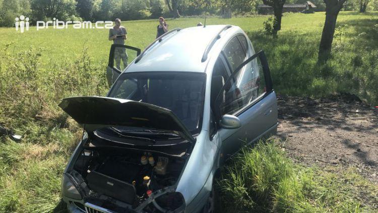 Osobní vůz skončil u Věšína ve škarpě, na místě zasahuje i záchranná služba