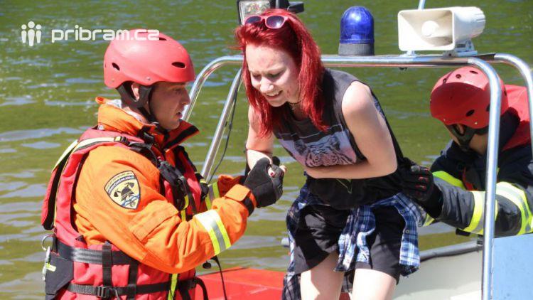 Záchranáři dnes cvičili na Slapech zásah u hořícího parníku