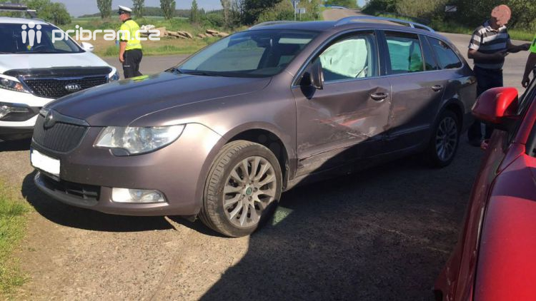 Nehoda dvou vozů komplikuje dopravu v Dlouhé Lhotě