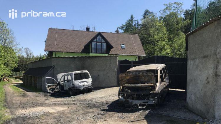 U Bratkovic v noci hořely dva vozy