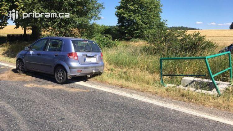 Při vyhýbání protijedoucímu vozidlu narazila řidička do zábradlí