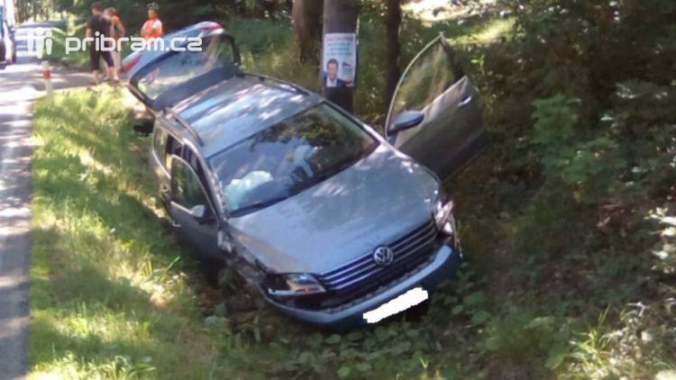 U Věšína skončilo osobní auto v příkopu