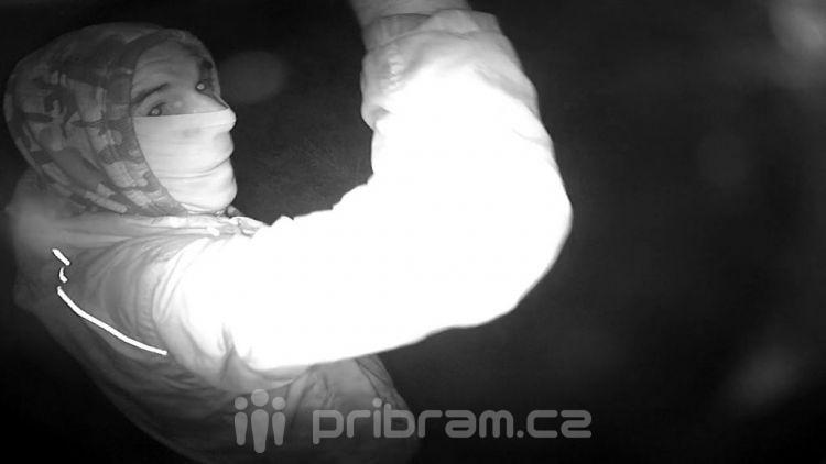 Kradl měděné okapy. Policie žádá o pomoc