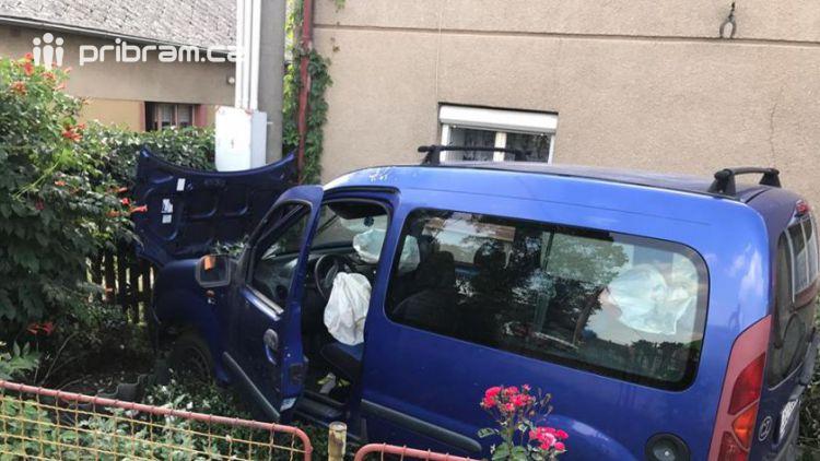 V Obořišti vlítlo auto do předzahrádky