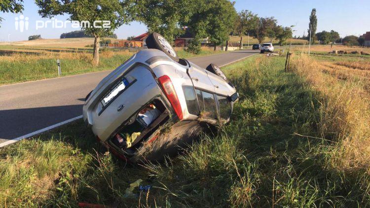 Aktuálně: Osobní vůz u Sedlčan skončil mimo komunikaci na střeše