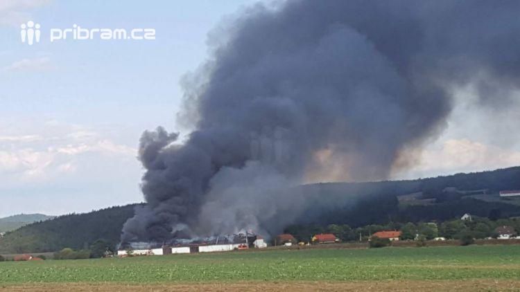 Právě teď: Plameny zachvátily stodolu v Ouběnicích,  jsme na místě! Článek bude průběžně aktualizován