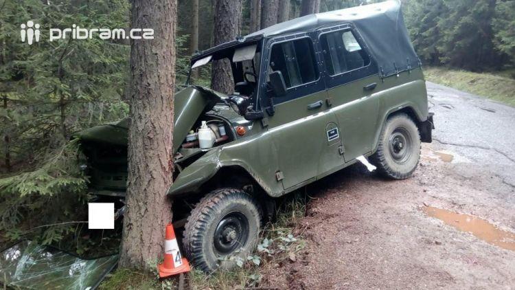 Právě teď: Náraz vozu do stromu u Nepomuku