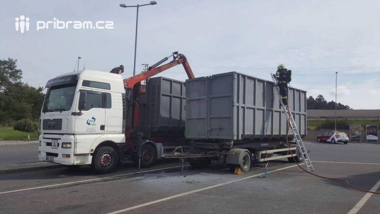 Aktuálně: U čerpací stanice na dálnici D4 hoří nákladní vůz převážející uhlí!