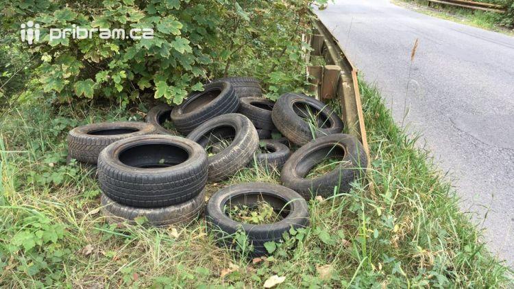 Neznámý vandal si nedaleko obce Bytíz udělal soukromou skládku pneumatik