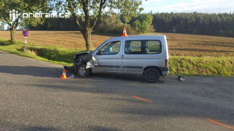 Aktuálně: U Jesenice došlo k dopravní nehodě dvou osobních vozidel s autobusem