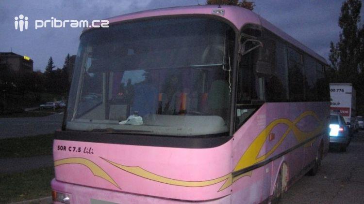 Neznámý pachatel se vloupal do autobusu. Policisté hledají svědky