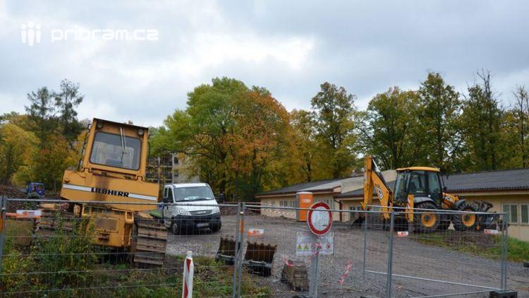 Výstavba nového parkoviště u Oblastní nemocnice Příbram právě začala